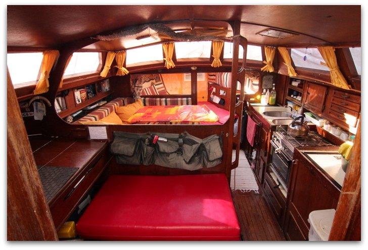 Pr sentation de notre voilier cercamon voyage cercamon for Interieur bateau bois